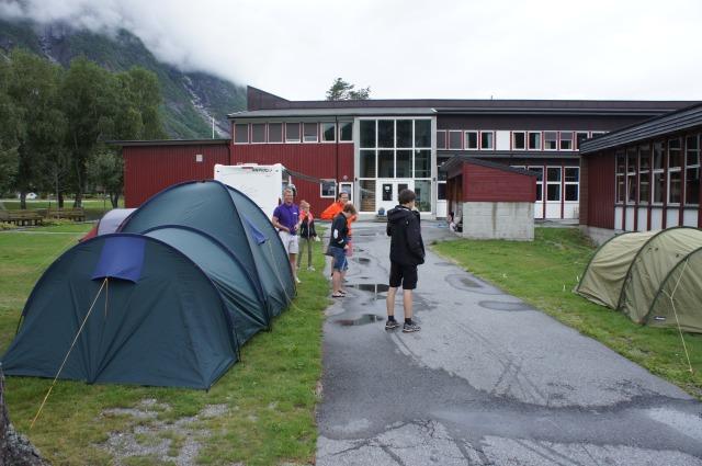 Tre telt og en campingbil måtte til for å huse alle sammen
