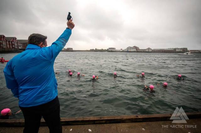 Alle holder på å drukne fordi de må starte klokkene sine samtidig som skuddet går. foto: Kai-Otto Melau